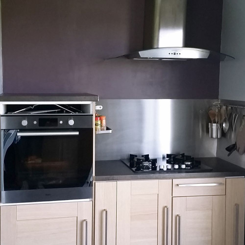Brushed stainless steel plate for custom-made kitchen splashback without cut-outs