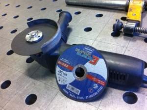 Meuleuse d'angle équipée pour découper du métal