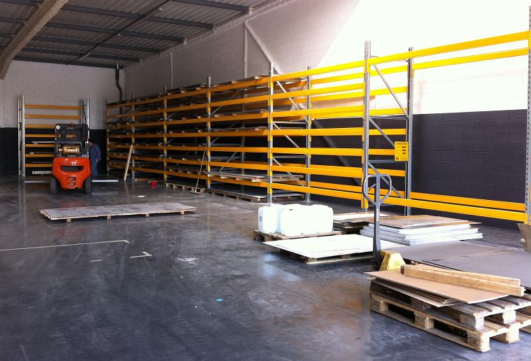 Installation des rayonnages dans le nouvel atelier