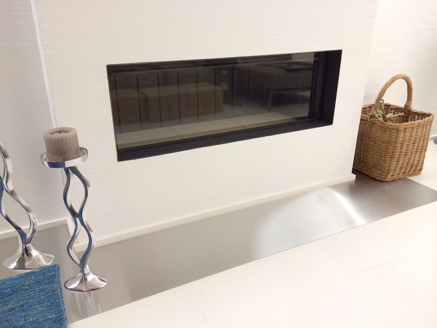 Protection de sol en inox brossé devant la cheminée