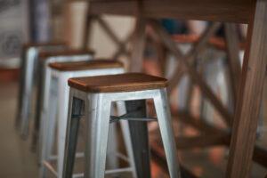 Tabourets en bois et metal façon industriel
