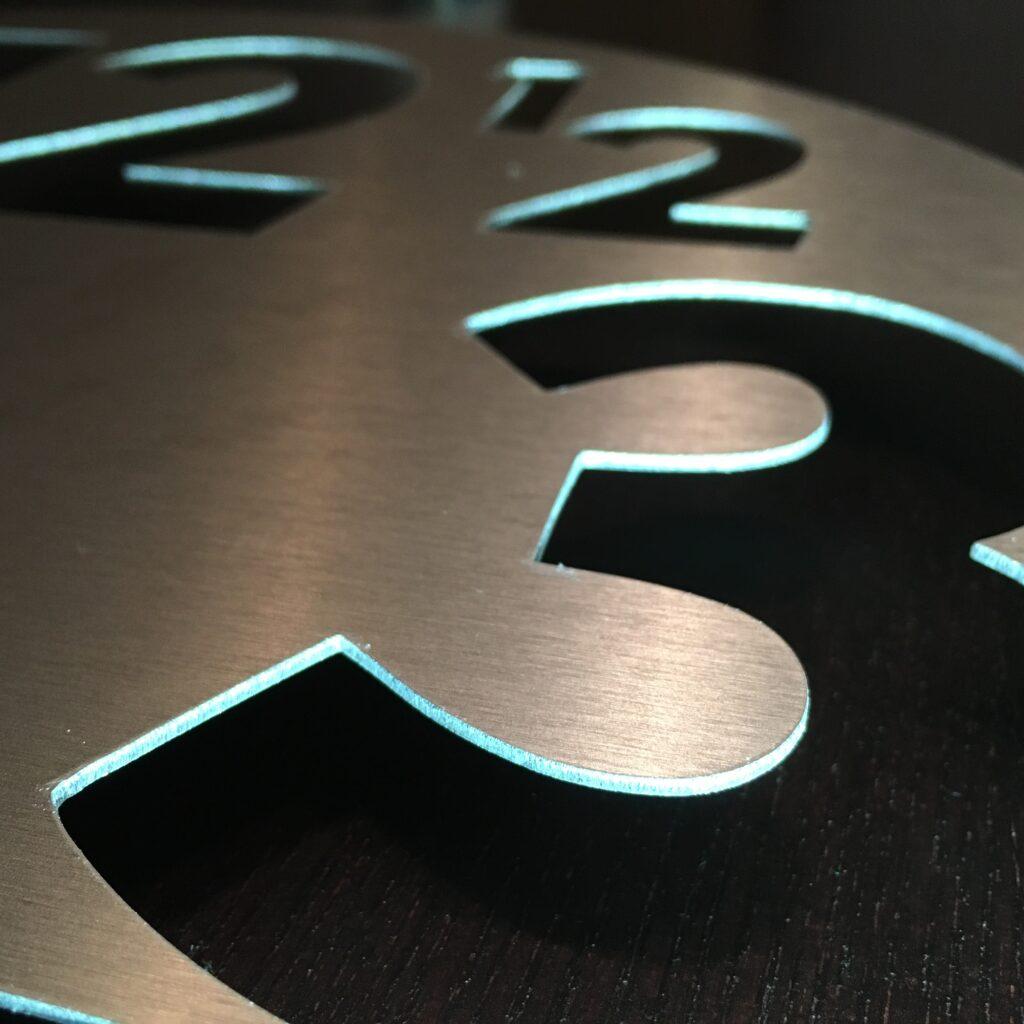 Détail de la découpe après avoir créer une horloge design