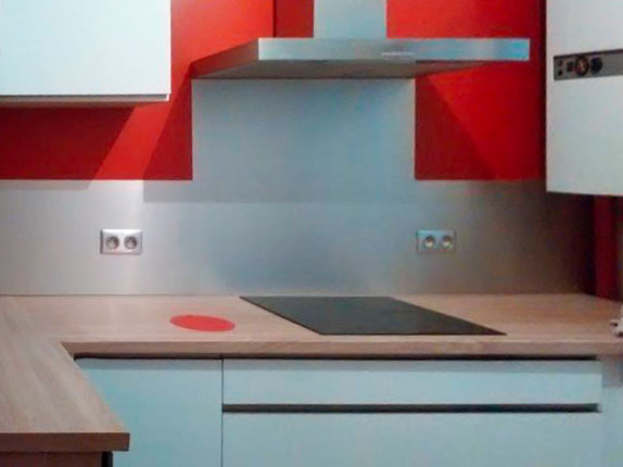 Crédence de cuisine et fond de hotte  en inox sur mesure et découpes internes (emplacement prises électriques)