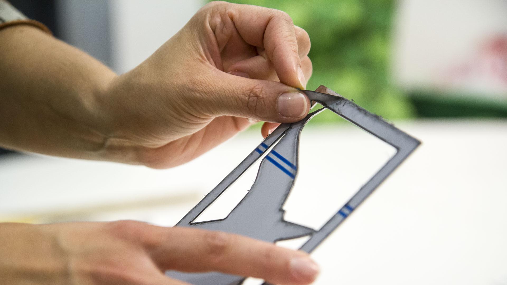 Décoller le film PVC de sa plaque de métal