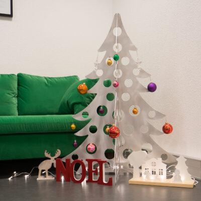 Sapin de Noël en métal avec des décorations