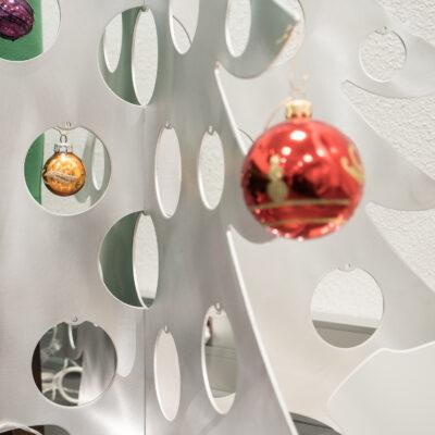 Zoom sur les découpes du sapin de Noël en métal pour le salon