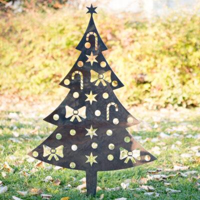 Sapin de Noël en corten dans le parc