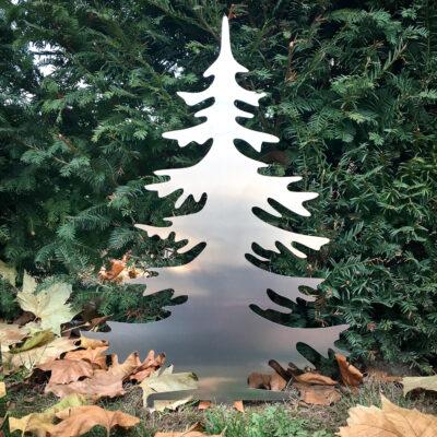 Sapin de Noël en aluminium dans le jardin