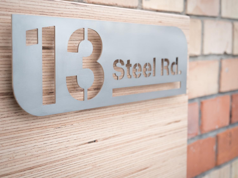 Numéro de maison en inox sur panneau de bois