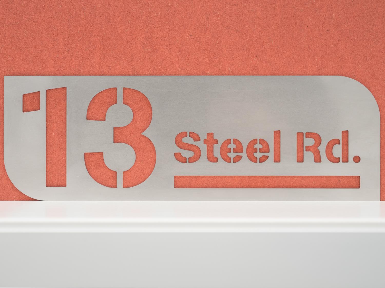 Numéro de maison en métal avec nom de rue