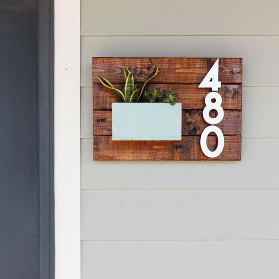 numéro de maison en métal sur planche en bois