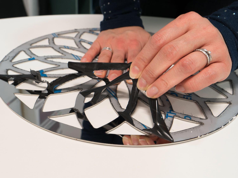 Retrait du film pvc sur l'inox miroir