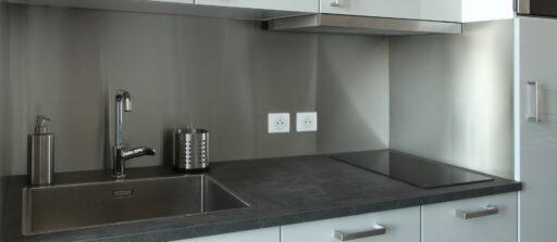 Rénovation d'une kitchenette avec une crédence en inox