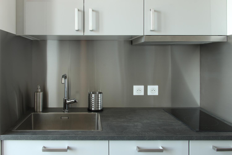 Crédence en métal dans une kitchenette