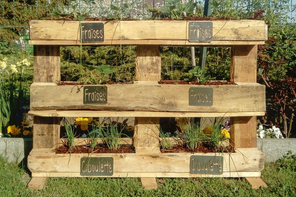 Jardinière en palettes avec des panneaux en aluminium