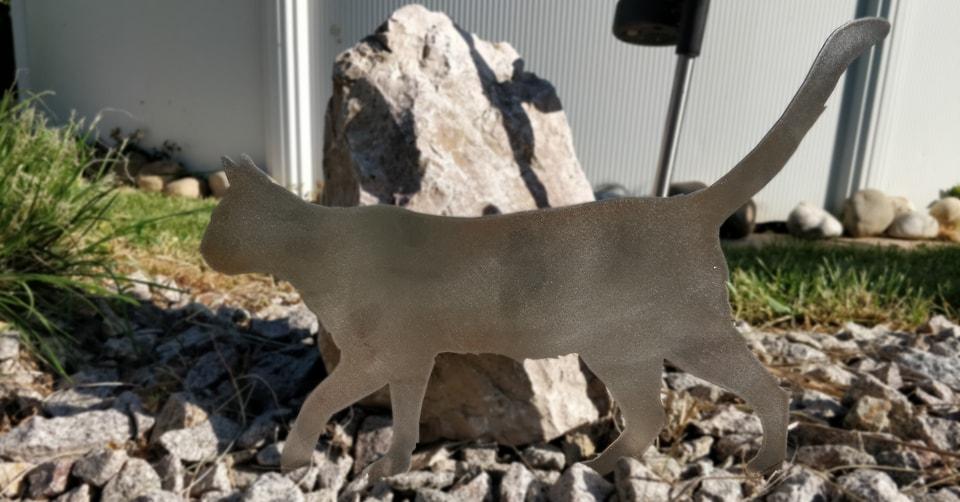 Chat en métal dans le jardin