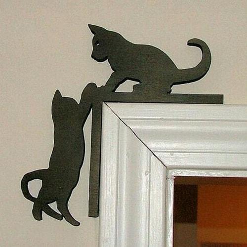 Chats en métal à la porte
