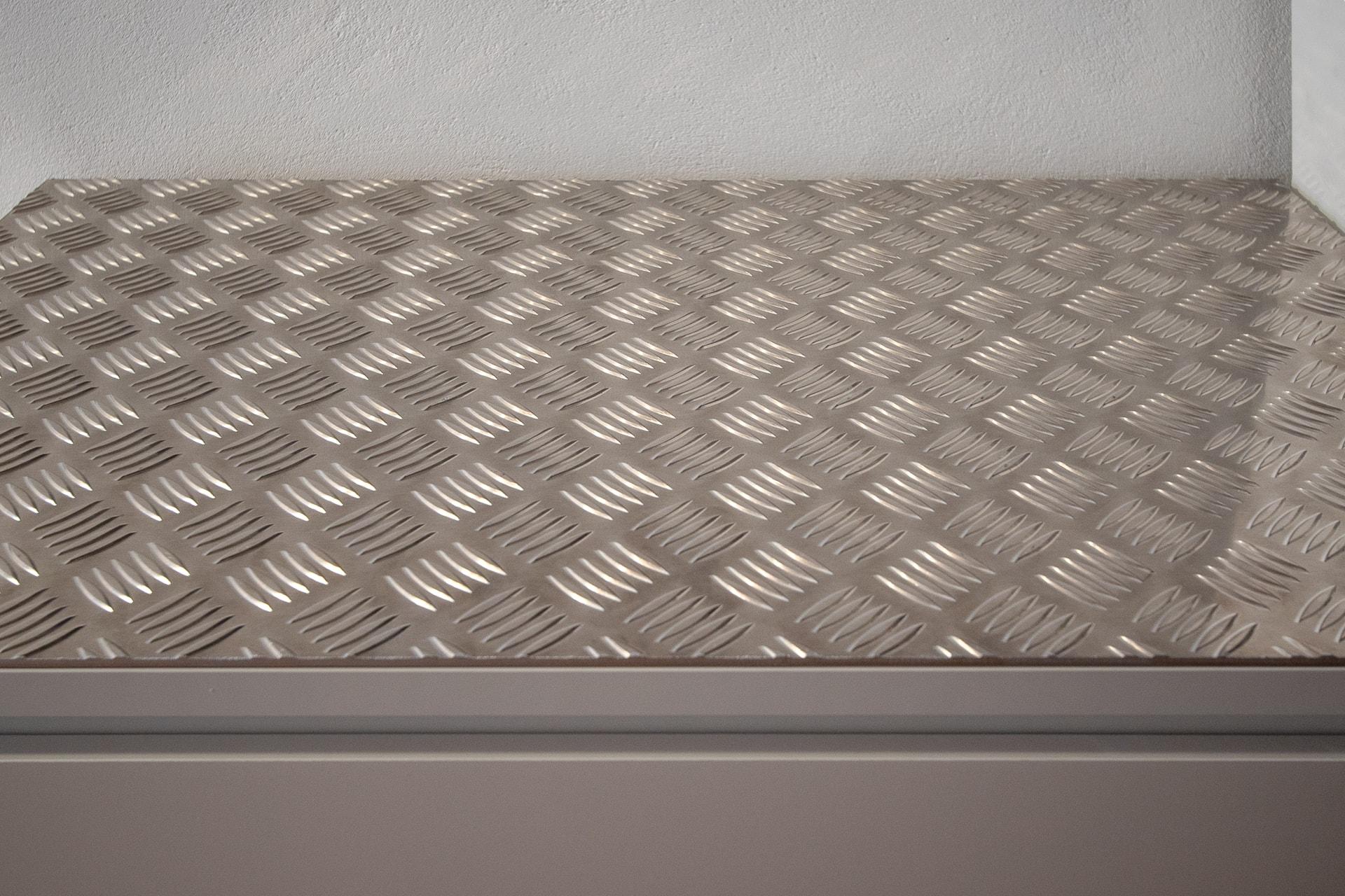 Meuble en bois protégé par une plaque d'aluminium larmé