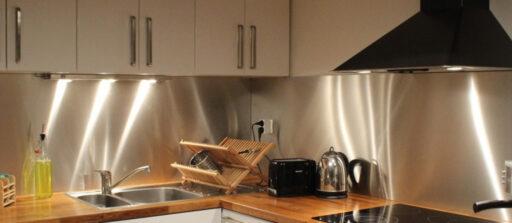 Réaliser une crédence de cuisine en inox brossé