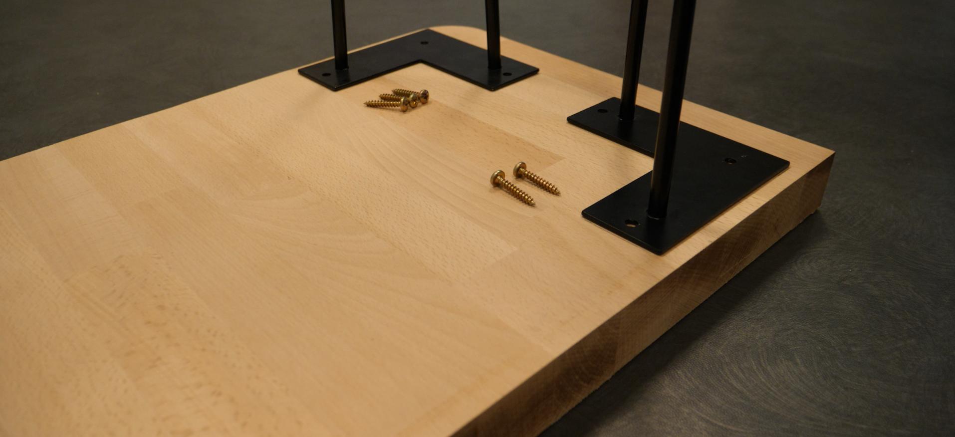 montage-pieds-en-épingle-sur une-table-en-bois-sur-mesure