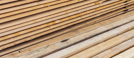 Tout savoir sur le panneau de bois massif pour bien faire son choix 🌲