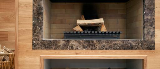 Protéger sols et murs autour d'une cheminée ou d'un poêle à bois