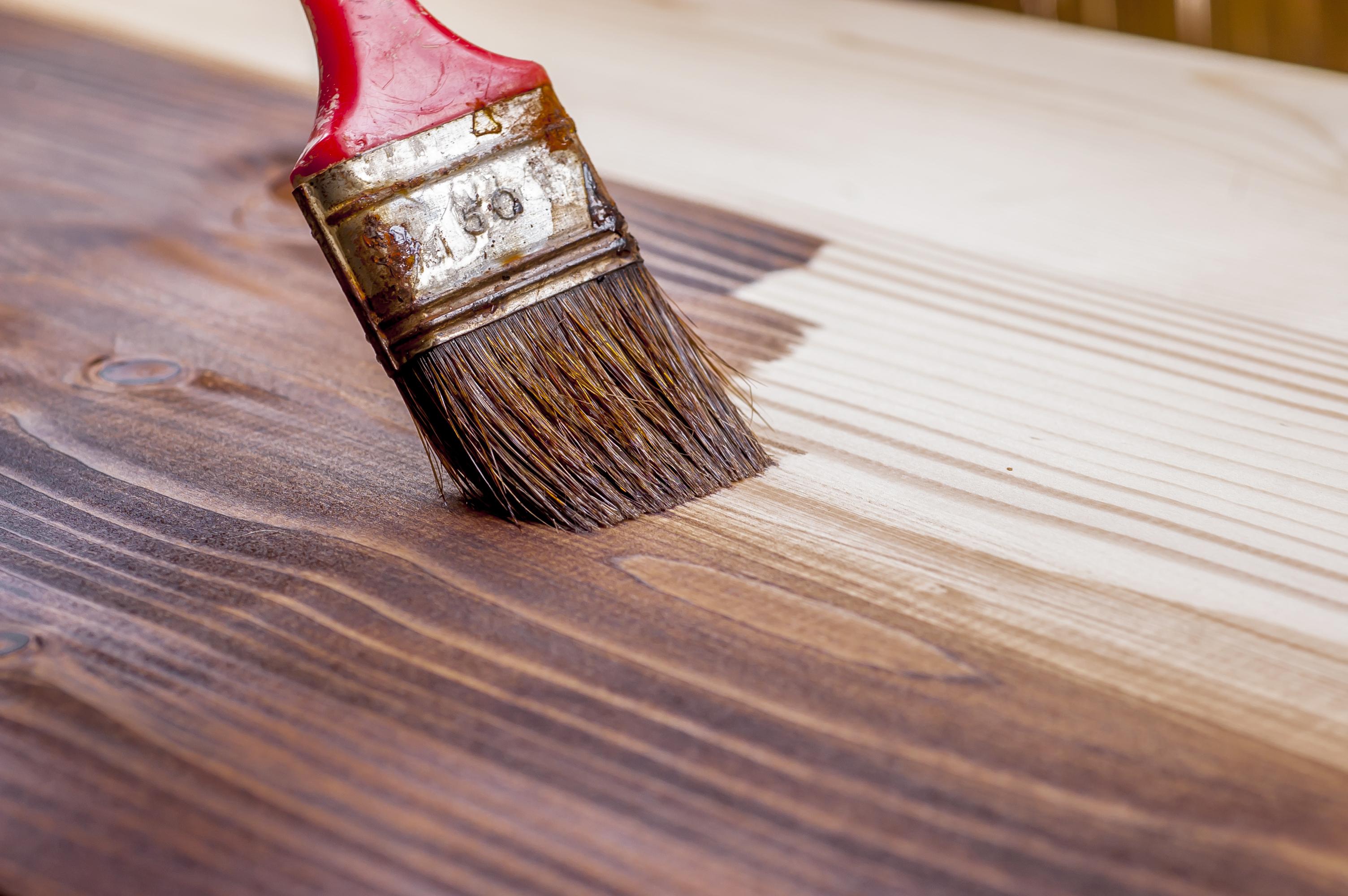 application-vernis-renovation-plan-travail-bois