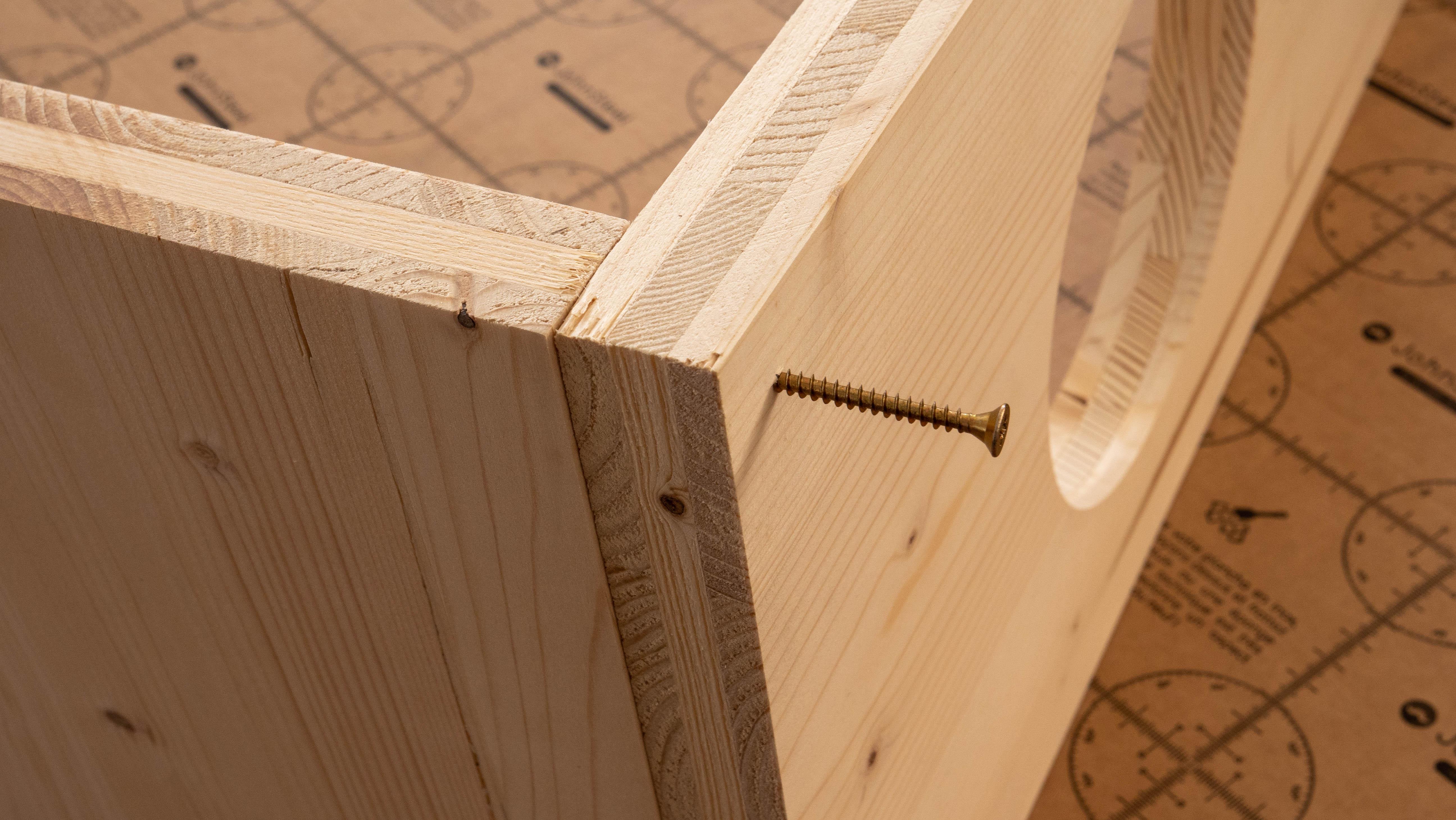 fixation avec perceuse des pieds en bois