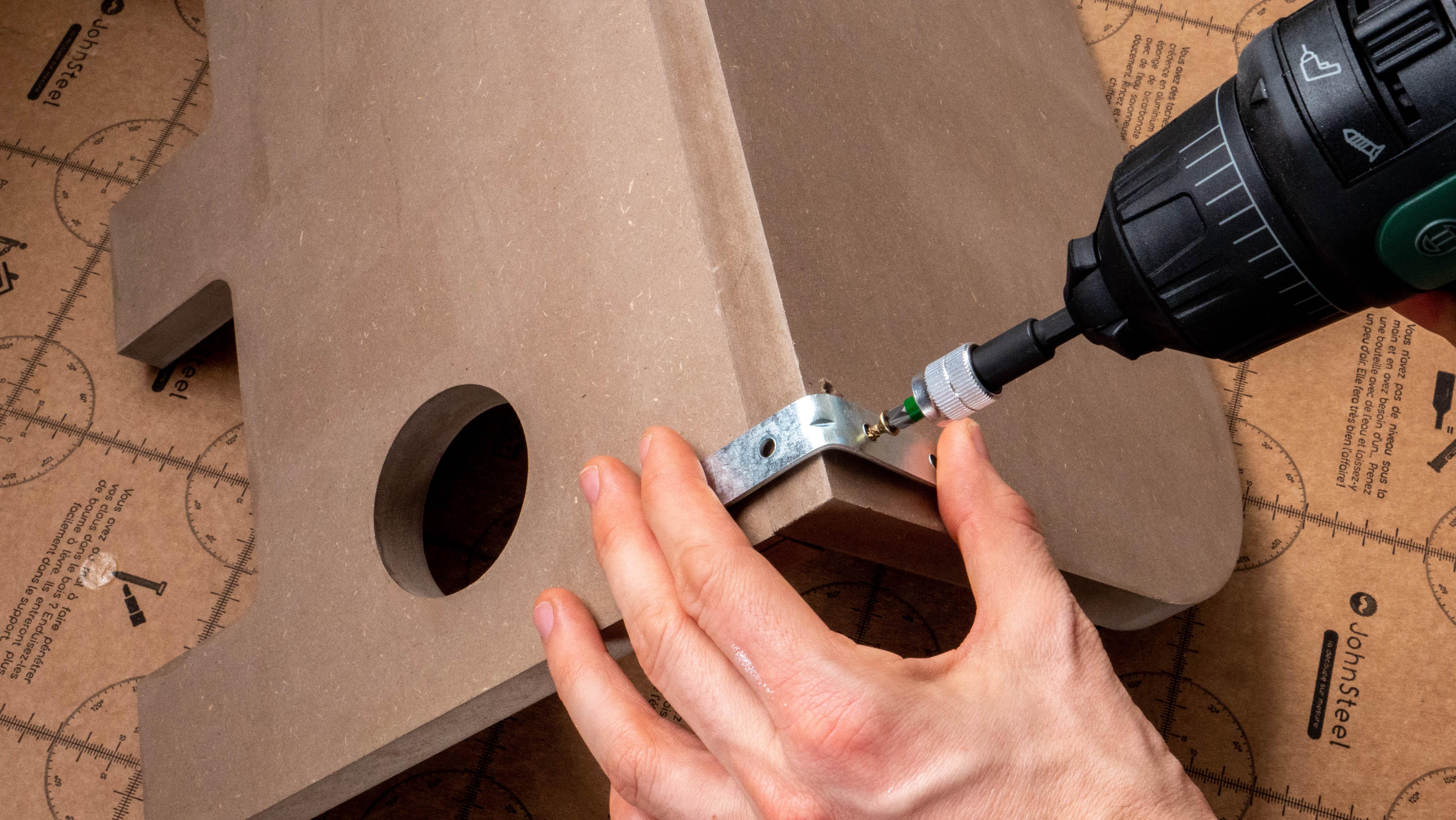 installation des équerres pour un renforcement de la structure en bois du porte manteaux