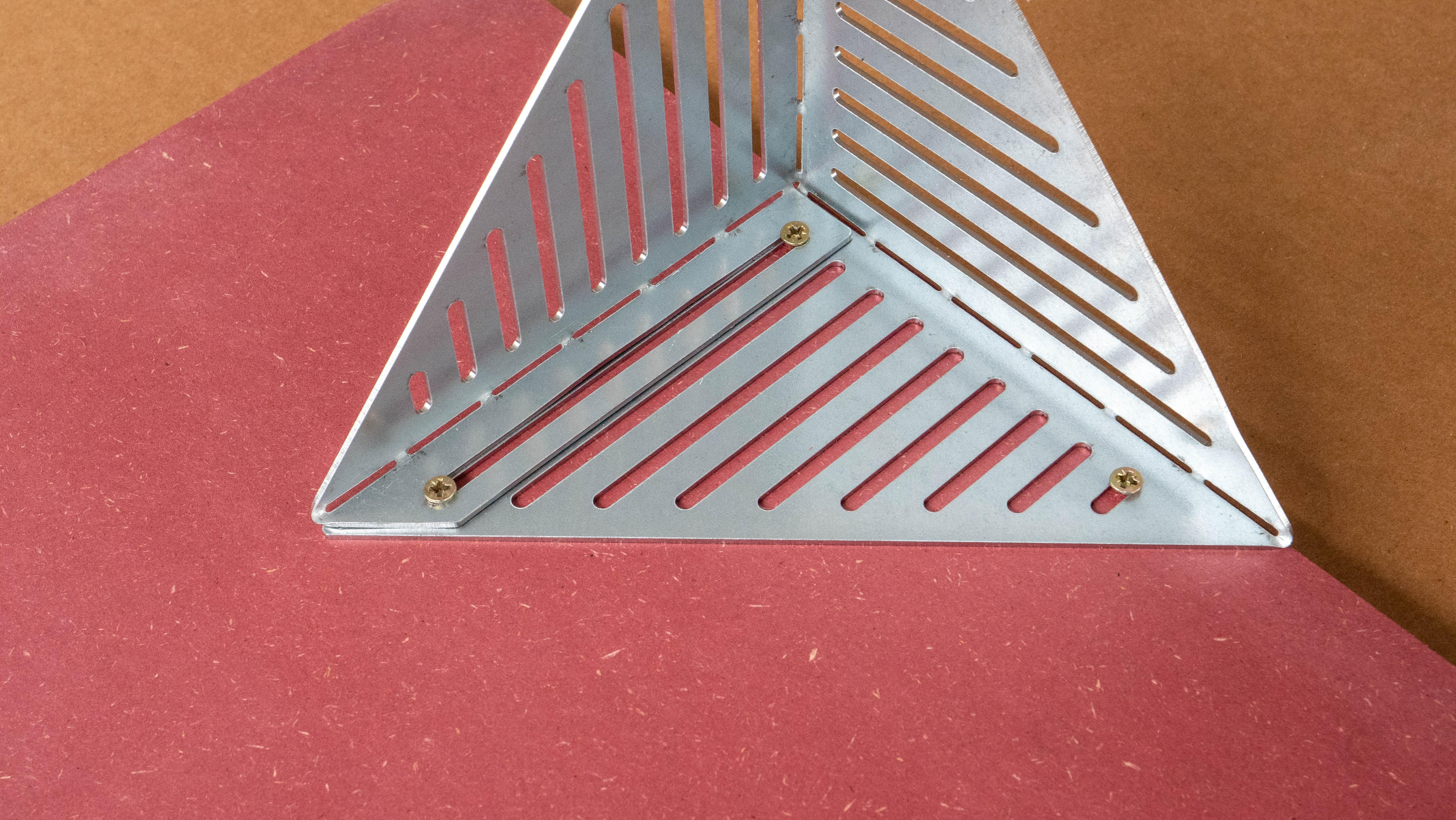 visser les supports en métal sur les panneaux de bois mdf