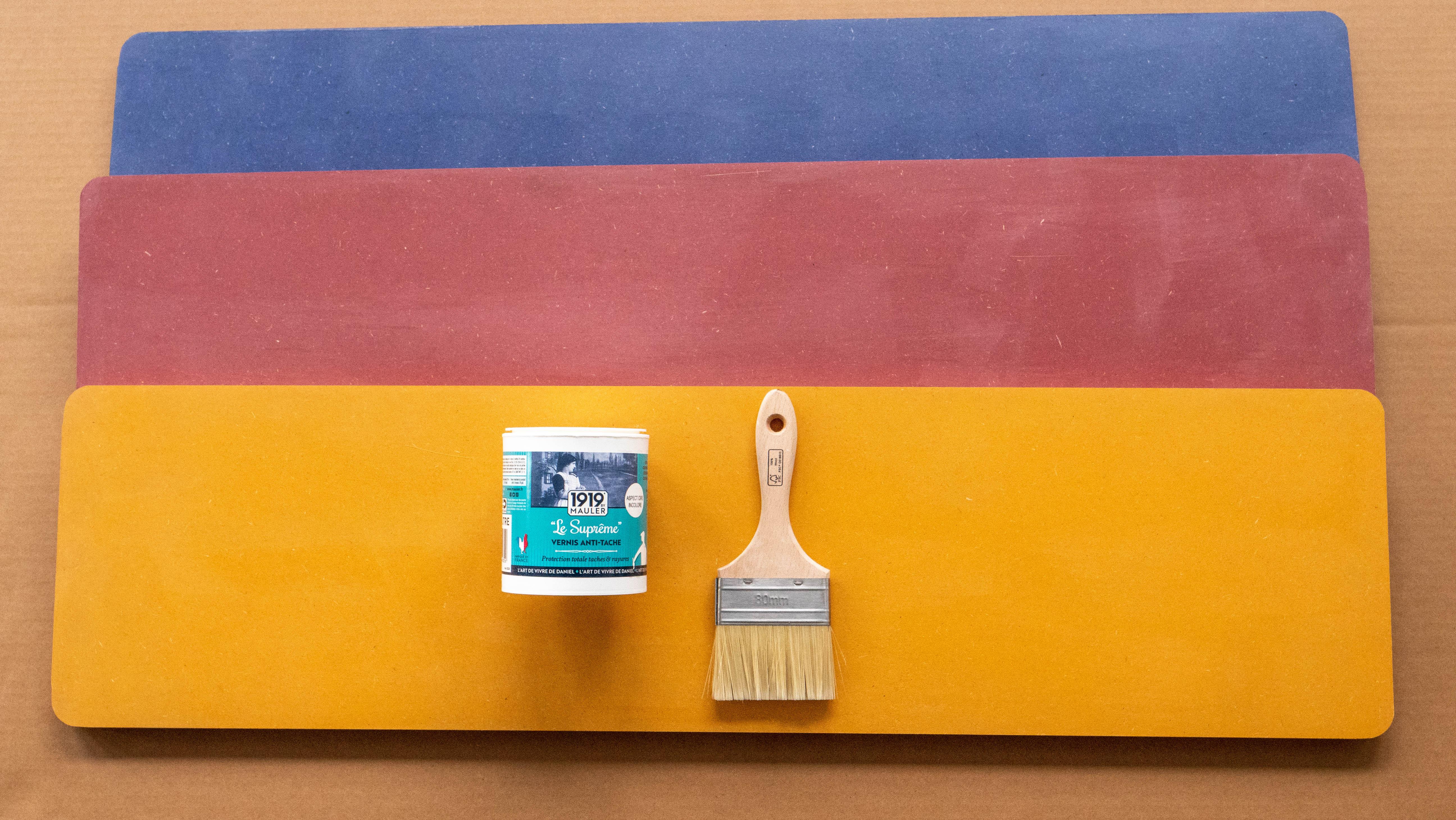 application d'un vernis de protection sur le panneau de medium coloré