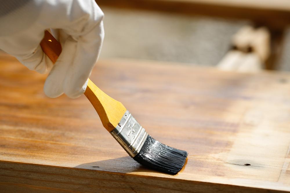 teindre le panneau de bois vieilli avec une huile