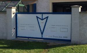photo d'un portail en acier avec un logo Pontiac