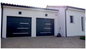 photo d'une réalisation client en inox brossé pour la décoration extérieur de sa porte de garage