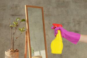 image d'un miroir et d'une personne qui tiens un vaporisateur