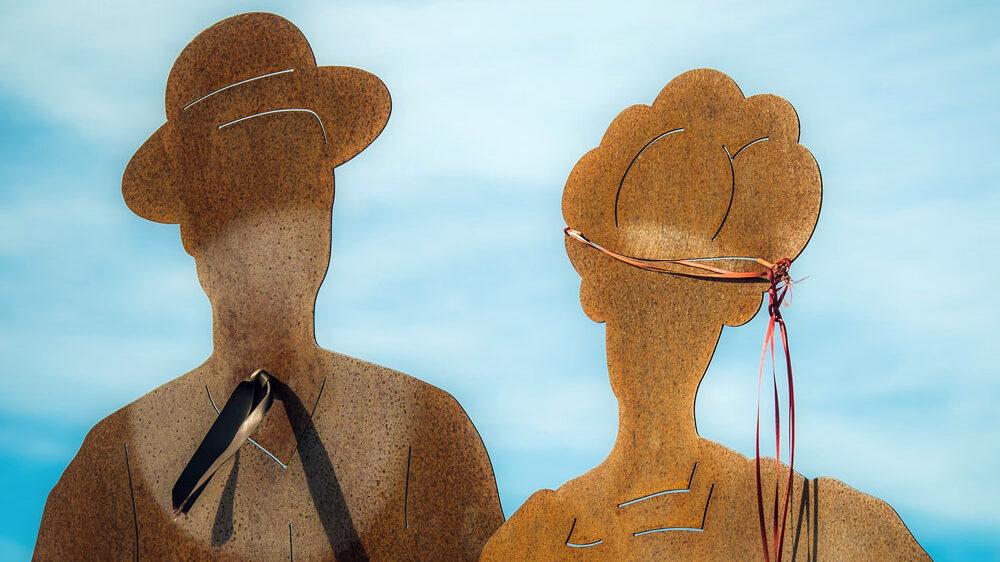photo sculpture en acier corten de d'un homme et une femme