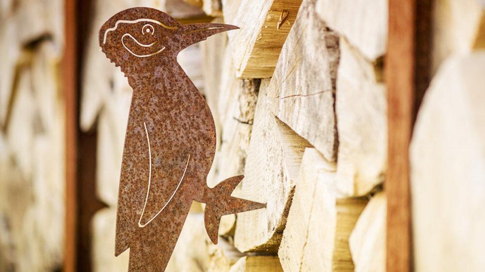 photo d'une sculpture en acier corten d'un oiseau