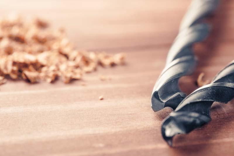 outillage pour percer un panneau de bois