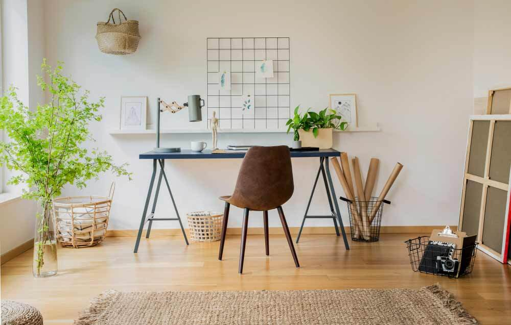 Idee für einen maßgefertigten Schreibtisch aus schwarzem MDF-Holz auf Böcken