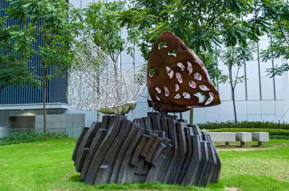 décoartion jardin avec sculpture en métal